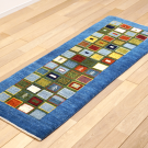 アマレ・143×63・青・パッチワーク・窓・木・カラフル・キッチンサイズ・廊下敷き・使用イメージ画