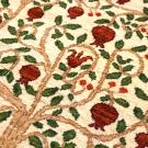 ルリバフギャッベ・ベージュ・赤いザクロ・ギャッベ一面に力強く枝を伸ばし、青々とした葉と大きな実がたわわに実っている