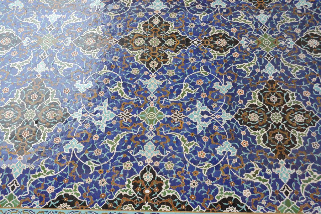 イマームモスク壁面の青のモザイクタイル