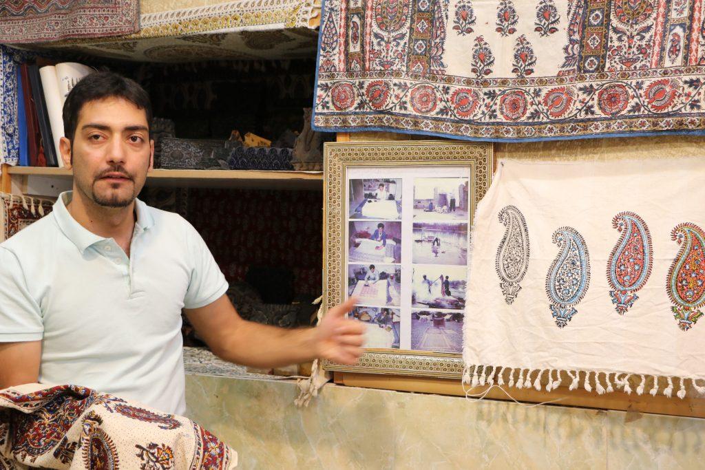 イランイスファハーンのバザールにある更紗工房のお兄さん