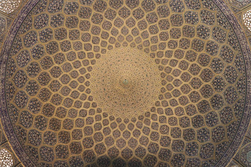 シャイフ・ルトゥフッラー・モスクのドーム内側の天井写真