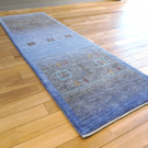 カシュクリ・201×63・青・四角・窓・羊・木・ランナー・キッチンサイズ・使用イメージ画