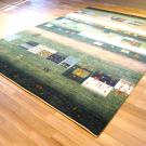 カシュクリ・268×188・緑・四角・窓・木・ヤギ・羊・リビングサイズ・使用イメージ画