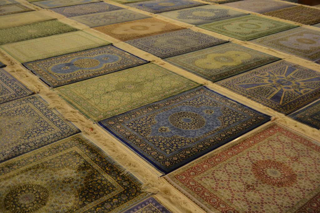 イランクムの有名工房マスミ工房のシルク絨毯