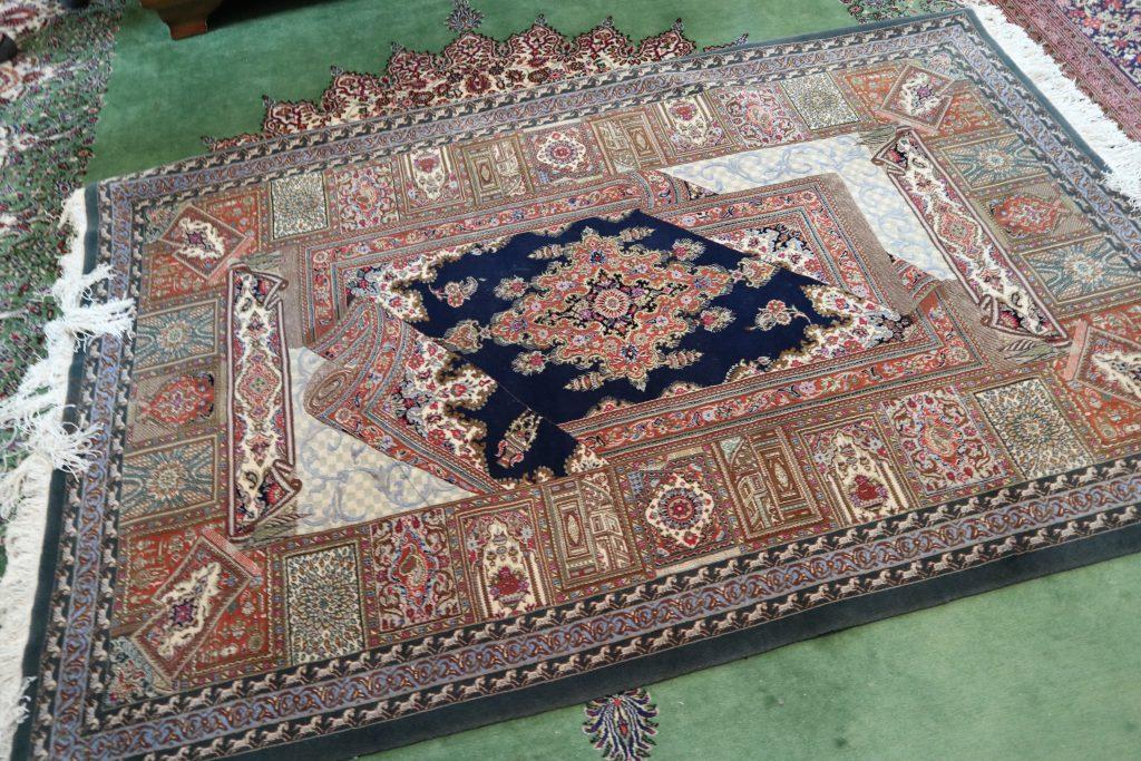 イランクムの有名工房ジャムシディ工房のシルク絨毯