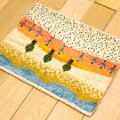 アマレランドミニ・29×38・風景・糸杉・ピンク・黄色・白原毛・ミニギャッベ・使用イメージ画