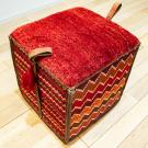 バルーチソマックボックス・赤色・カラフル・ジグザグ文様・スツール・使用イメージ画